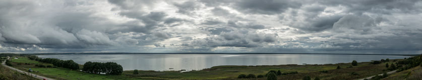 Avbrott ut stormen, regnet på sjön Royaltyfri Bild