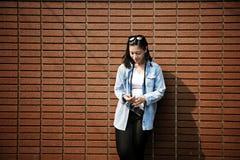 Avbrottet undersöker den kvinnliga roliga resan Joy Recreation Concept Royaltyfria Foton