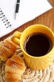 Avbrottsfrukost med giffel och kaffe Fotografering för Bildbyråer