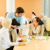 avbrottskafeteriakollegor äter lunchkontorssallad Royaltyfri Fotografi