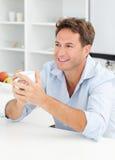 avbrottskaffe som dricker den lyckliga mannen Royaltyfri Foto