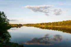avbrottsranddagen reflekterade trä för surface vatten för sommaren för floden slätt Arkivfoton