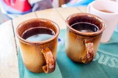 Avbrottstid med varmt te i apres skidar stången Arkivfoto