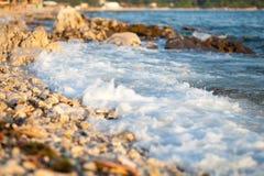 Avbrottsvåg på stranden Fotografering för Bildbyråer