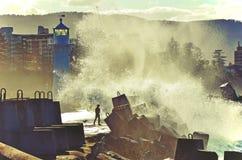 Avbrottsvågor över den Wollongong fyren Arkivfoton