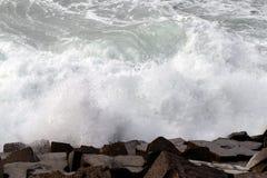 Avbrottsvågor på den atlantiska kusten arkivfoto