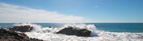 Avbrottsvågor på den steniga kustlinjen på Cerritos sätter på land mellan Todos Santos och Cabo San Lucas i Baja California Mexic Royaltyfria Foton