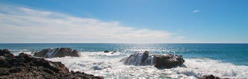 Avbrottsvågor på den steniga kustlinjen på Cerritos sätter på land mellan Todos Santos och Cabo San Lucas i Baja California Mexic Arkivfoto