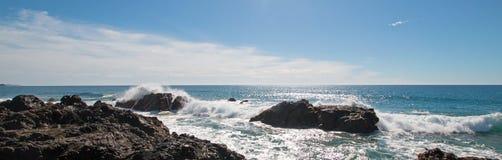 Avbrottsvågor på den steniga kustlinjen på Cerritos sätter på land mellan Todos Santos och Cabo San Lucas i Baja California Mexic Royaltyfria Bilder