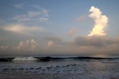 Avbrottsvågor på stranden, Induwaru, söder av Bentota, Sri Lanka fotografering för bildbyråer