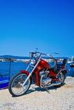 avbrytarmotorcykel som parkeras utomhus Royaltyfria Bilder