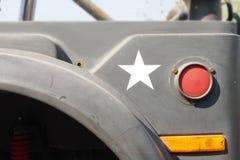 Avdelning av armélastbilen 4x4 av vägen Royaltyfri Foto