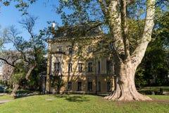 Avdelning av den nationella konstgallerit och Etnographic museet i tidigare konungslott i Sofia Bulgaria Slotten byggdes i 1880 ? royaltyfria foton