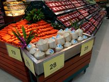 Avdelning av nya frukter och grönsaker i den Tesco Lotus supermarket arkivbild