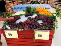 Avdelning av nya frukter och grönsaker i den Tesco Lotus supermarket royaltyfri bild