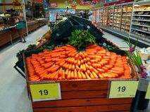 Avdelning av nya frukter och grönsaker i den Tesco Lotus supermarket royaltyfri fotografi