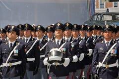 Avdelningar av den statliga polisen i italienare ståtar Fotografering för Bildbyråer