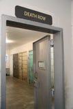 Avdelningen för dödsdömda undertecknar över en dörr för kvarter för fängelsecell Arkivbild