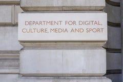 Avdelningen för digitalt, kultur, massmedia och sporten undertecknar på Whien fotografering för bildbyråer