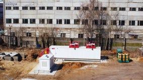 Avdelningskontorbyggnad för flyg- sikt mot grå fabrik på hösten stock video
