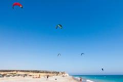 AVDIMOU, CYPRUS/UK - 7月25日:学会对风筝海浪在Avidmou 免版税库存照片