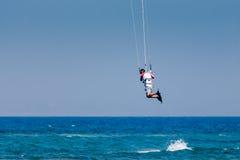 AVDIMOU, CYPRUS/GREECE - 25 DE JULIO: Cometa que practica surf en la playa de Avdimou Imagen de archivo