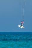 AVDIMOU, CYPRUS/GREECE - 25 DE JULIO: Cometa que practica surf en la playa de Avdimou Imagen de archivo libre de regalías