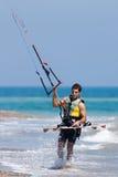 AVDIMOU, CYPRUS/UK - LIPIEC 25: Uczyć się kani kipiel w Avidmou fotografia stock