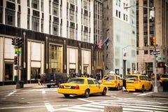 给ave公共汽车繁忙的城市第五新的终止工作日约克做广告 NYC Berfdorf古德曼 免版税库存图片