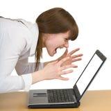 avec émotion cris d'ordinateur portatif de fille Photos libres de droits