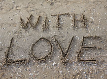 avec amour écrit sur le sable de plage Photo libre de droits