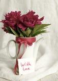 Avec amour Bouquet des pivoines roses et la carte blanche avec l'inscription avec amour Photos libres de droits