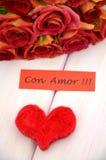 Avec amour souhaite dans l'Espagnol et le bouquet des roses rouges magnifiques Images libres de droits