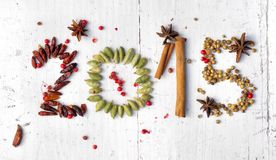 2015 avec des épices, des piments et des graines Image stock