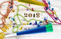 2018 avec des décorations de partie de soirée du Nouveau an sur le Ba en bois blanc rustique Photographie stock libre de droits