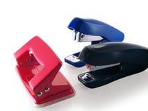 Avec des fournitures de bureau, agrafeuses et perforateur de trou. Photo libre de droits