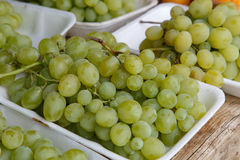 Avec des raisins de cuve d'un marché Images stock