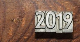 2019 avec des types de presse sur un fond en bois image stock