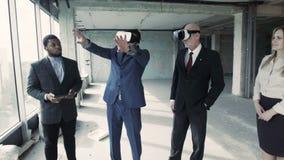 Avec l'aide de l'affichage tête-monté l'architecte montre comment changer la salle après reconstruction clips vidéos