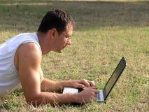 Avec l'ordinateur portatif extérieur Image libre de droits