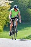 Aîné avec la bicyclette pour la forme physique Image libre de droits
