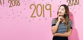 2019 avec la jeune femme photos libres de droits