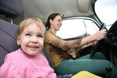 Avec la mère dans le véhicule photo stock