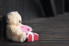 Avec la note d'amour sur un jouet et un cadeau Photographie stock