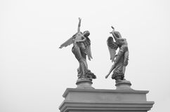 Avec la sculpture en ange d'ailes Photographie stock libre de droits
