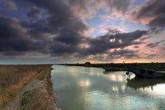 Avec le dock de bateau de fleuve Photo stock
