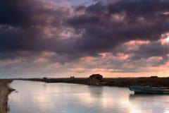Avec le dock de bateau de fleuve Photographie stock libre de droits