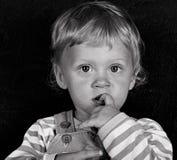 Avec le doigt dans la bouche (ii) Photos stock