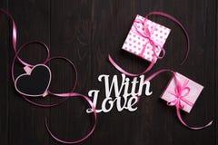 Avec le lettrage et le boîte-cadeau d'amour Image libre de droits
