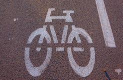 Avec le signal de vélo sur l'asphalte Images libres de droits